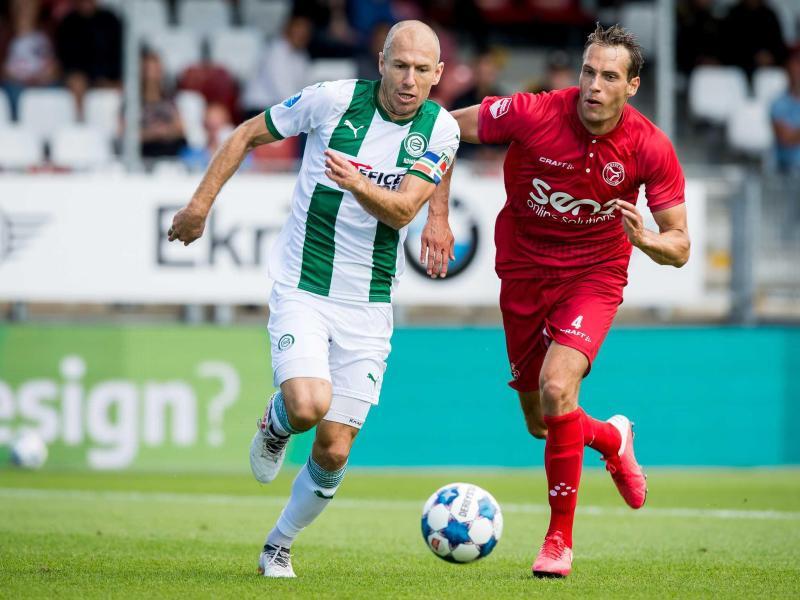 Groningens Arjen Robben (l) im Laufduell mit Almeres Frederik Helpstrup