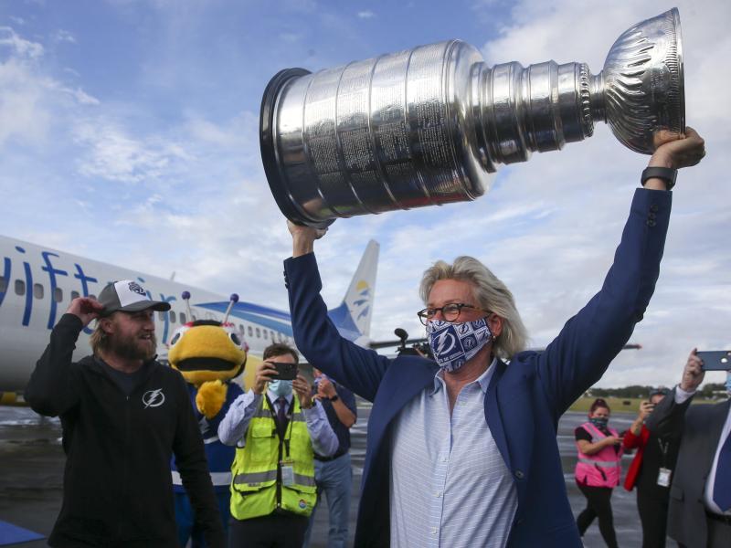 Jane Castor, Bürgermeisterin von Tampa, hält die Stanley-Cup-Trophäe, die sie ausgiebig feiern will