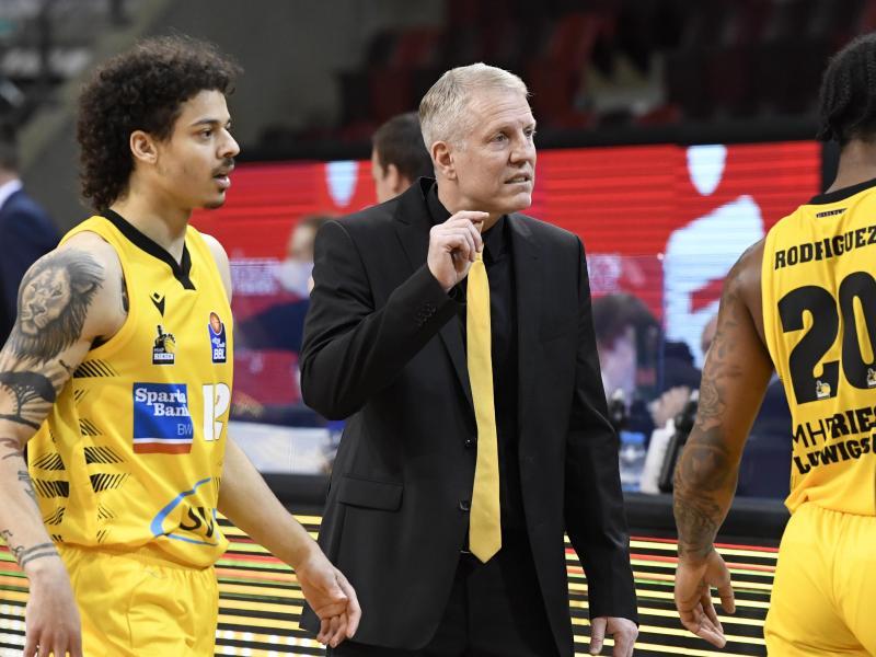 Trainer John Patrick (M.) leistet in Ludwigsburg erfolgreiche Arbeit