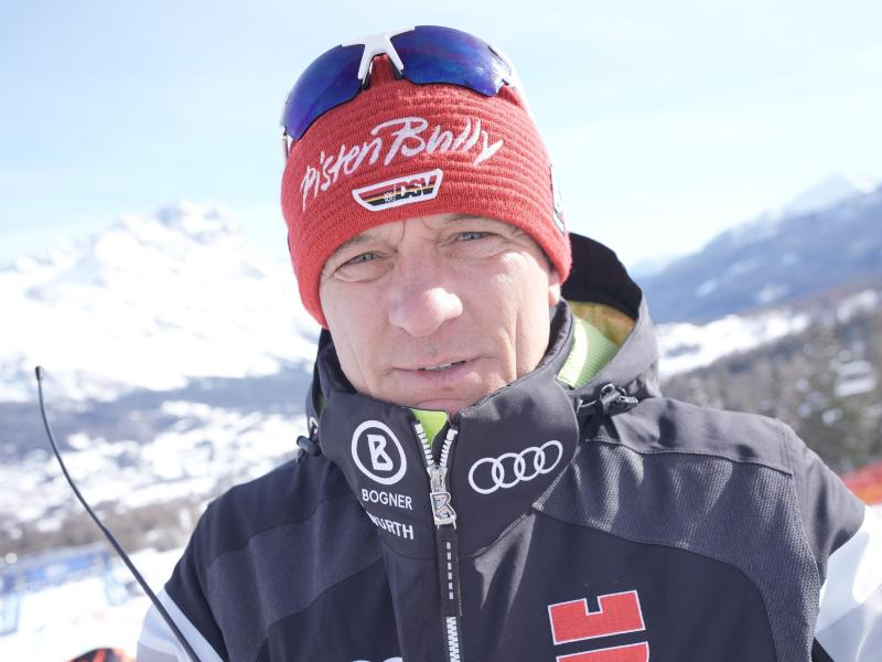 Wolfgang Maier, Sportdirektor Alpin beim Deutschen Skiverband DSV, besichtigt vor einem Rennen die Strecke.