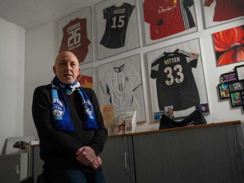 Gilt als Kenner des slowakischen Fußballs: Der mittelfränkische Unternehmer Peter Hammer trägt einen Schal des FC Nitra