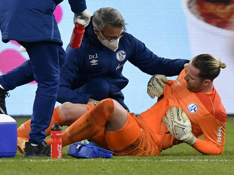 Schalkes Torhüter Ralf Fährmann wird nach seiner Verletzung in der Veltins Arena betreut. Foto: Martin Meissner/Pool AP/dpa