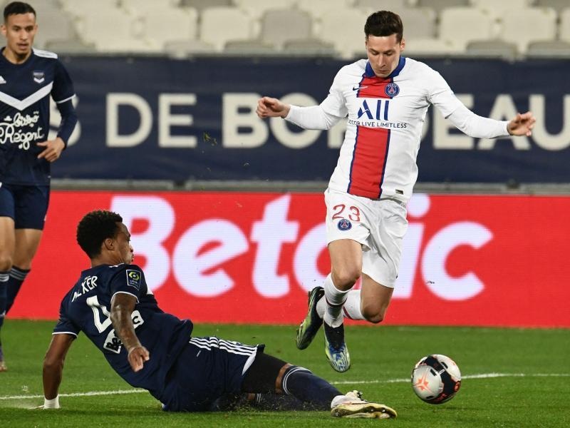 Bordeaux-Verteidiger Edson Mexer (M) kämpft mit Julian Draxler (r) von Paris Saint-Germain um den Ball