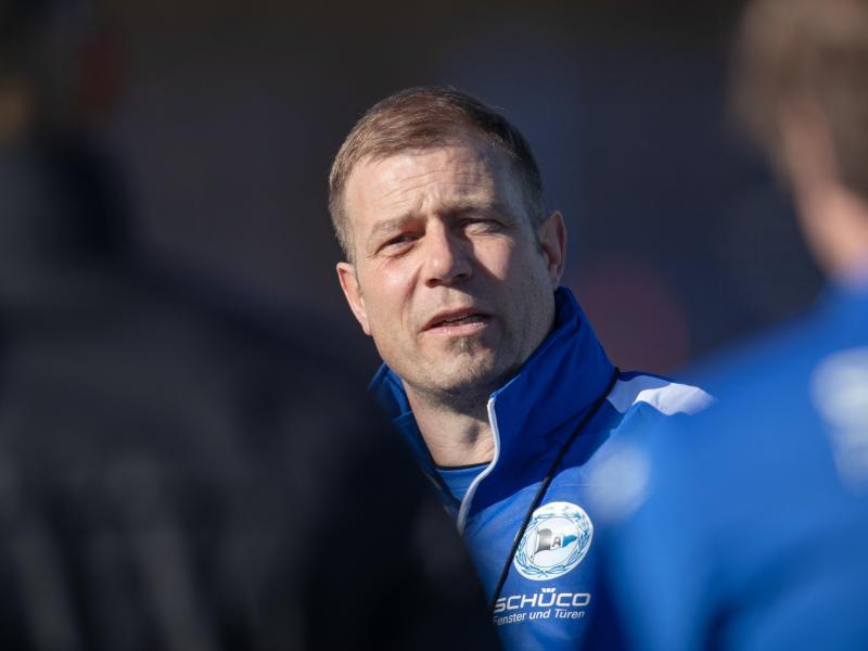 Der neue Trainer von Arminia Bielefeld, Frank Kramer, bei seinem ersten Training mit der Mannschaft
