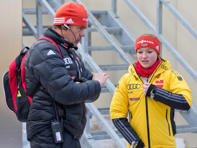 Katharina Althaus (r.) war fast die komplette Zeit unter Skisprung-Trainer Andreas Bauer dabei
