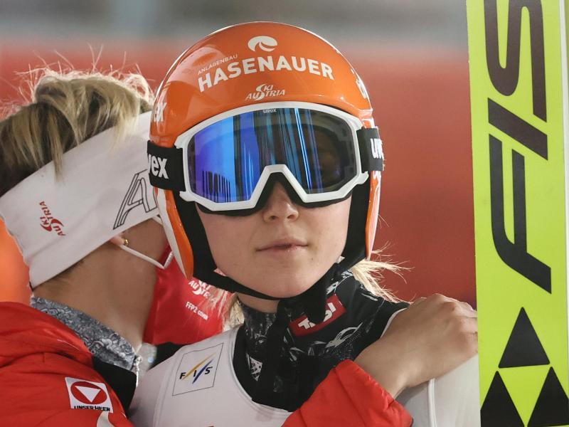 Marita Kramer (r) aus Österreich hat das Springen in Nizhny Tagil gewonnen