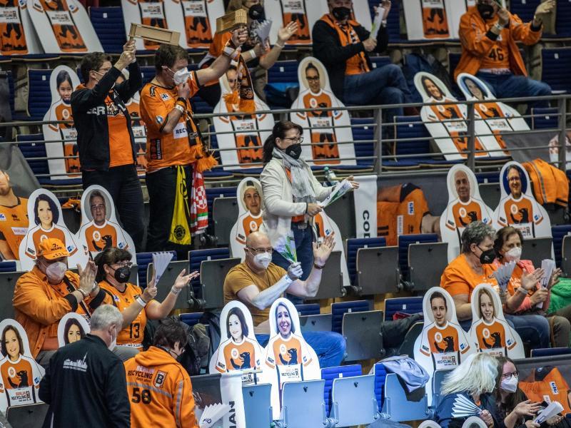 Mit Abstand und Maske: 800 Zuschauer verfolgten den Sieg der Berlin Volleys gegen Düren. Foto: Andreas Gora/dpa