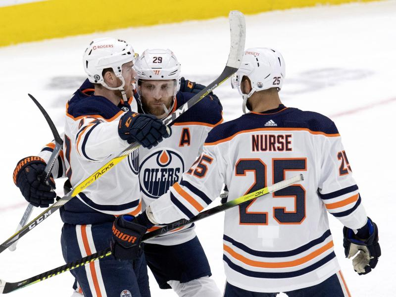 Dreimal durfte Leon Draisaitl (M.) mit den Oilers gegen die Toronto Maple Leafs jubeln