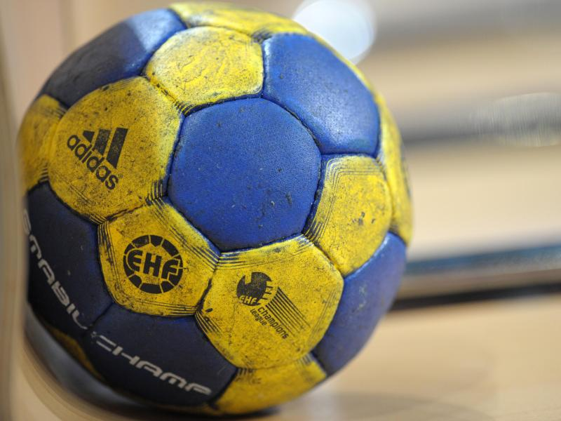 Ein Handball mit dem Logo der Europäischen Handballföderation (EHF)