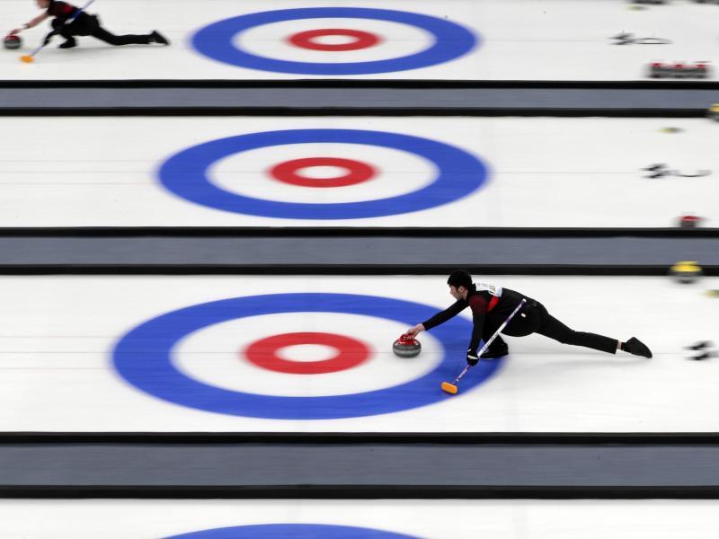 Curlingsportler treten bei einer Testveranstaltung für die Olympischen Winterspiele 2022 in Peking gegeneinander an