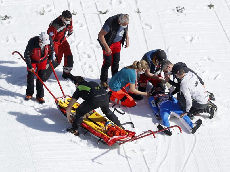 Sanitäter kümmern sich in Planica um den schwer gestürzten Daniel André Tande