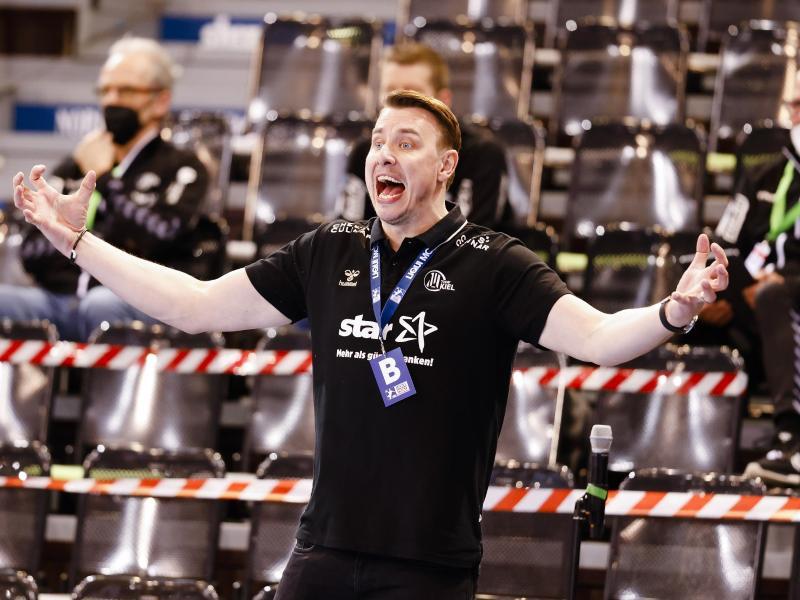Kiels Trainer Filip Jicha gestikuliert an der Seitenlinie