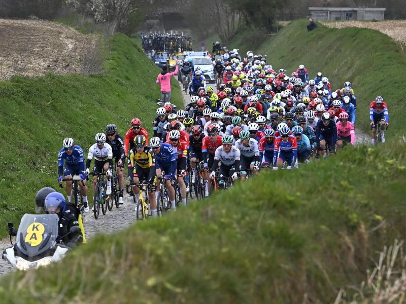Das Fahrerfeld bei der 105. Auflage der Flandern-Rundfahrt