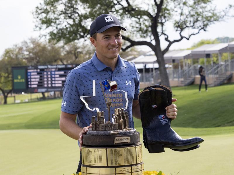 Jordan Spieth aus den USA hält seine Trophäe und Stiefel, die dem Sieger verliehen werden