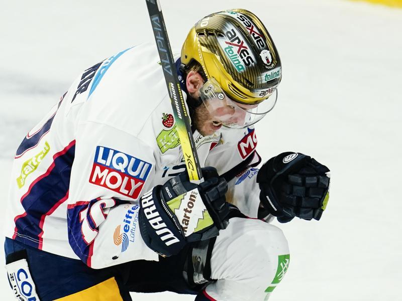 Eisbären-Torschütze Parker Tuomie jubelt über das Tor zum 3:0 bei den Adler Mannheim