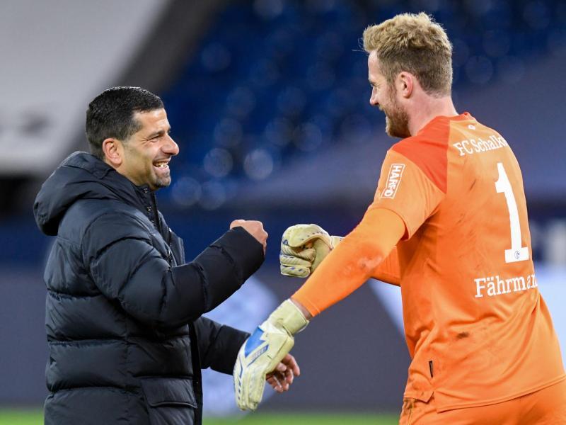 Schalke-Trainer Dimitrios Grammozis klatscht sich mit Torwart Ralf Fährmann ab