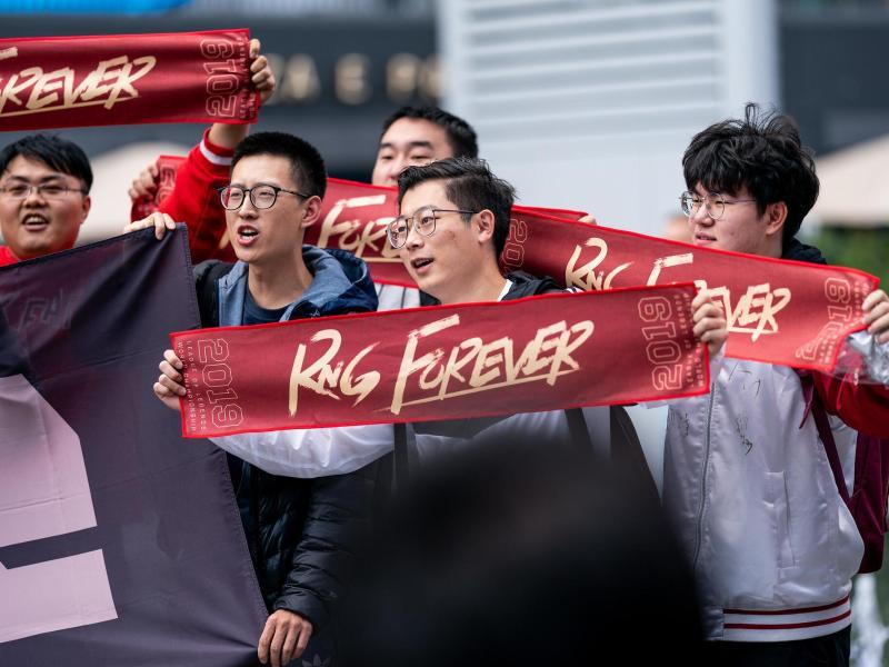 Royal-Never-Give-Up-feiert-Titel-in-chinesischer-LoL-Liga