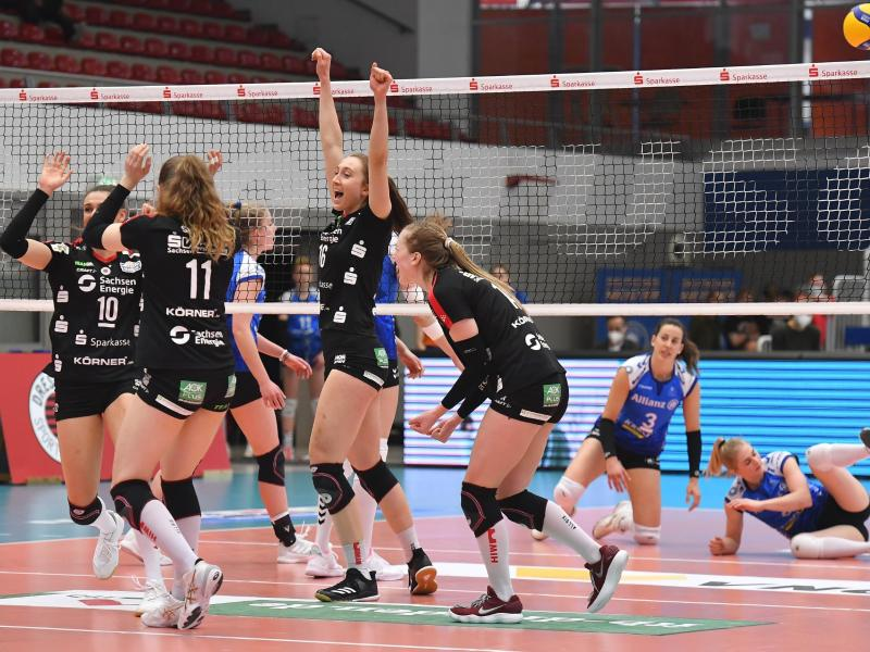 Die Volleyballerinnen des Dresdner SC feiern die deutsche Meisterschaft