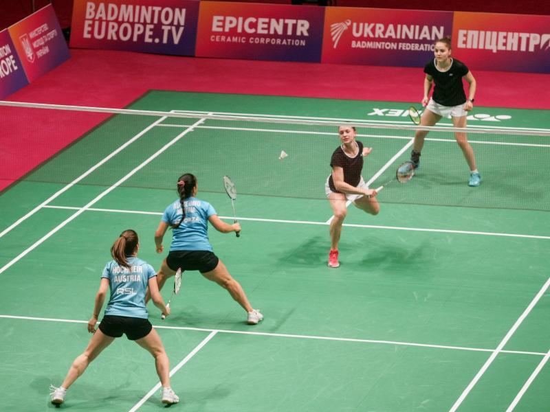 Das deutsche Doppel Annabella Jäger (r-l) und Stine Küspert spielt gegen Serena Au Yeong und Katharina Hochmeir aus Österreich