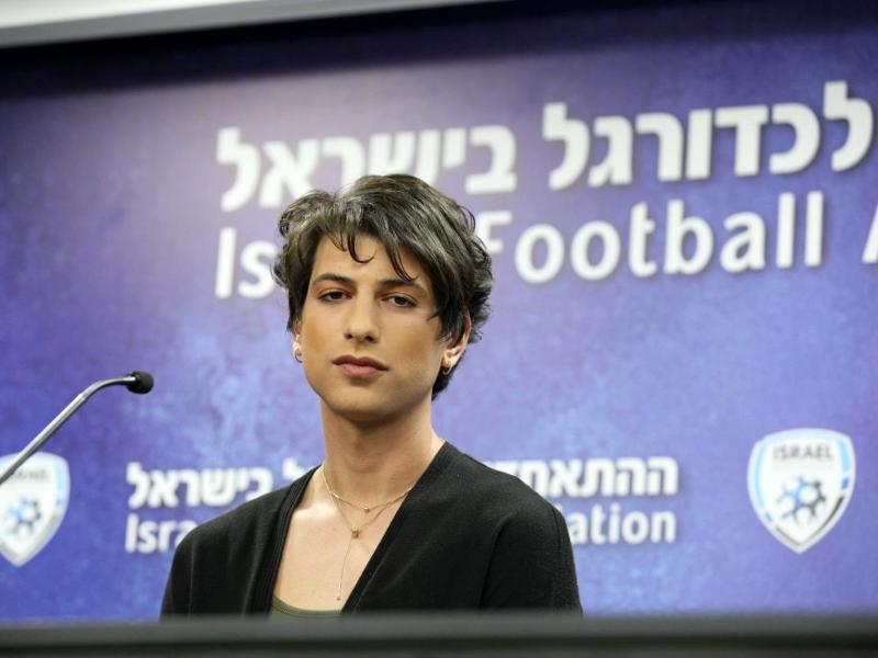 Die israelische Fußball-Schiedsrichterin Sapir Berman spricht während einer Pressekonferenz