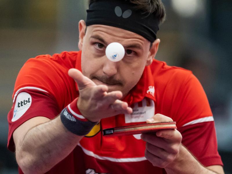 Düsseldorfs Tischtennis-Ass Timo Boll beim Aufschlag
