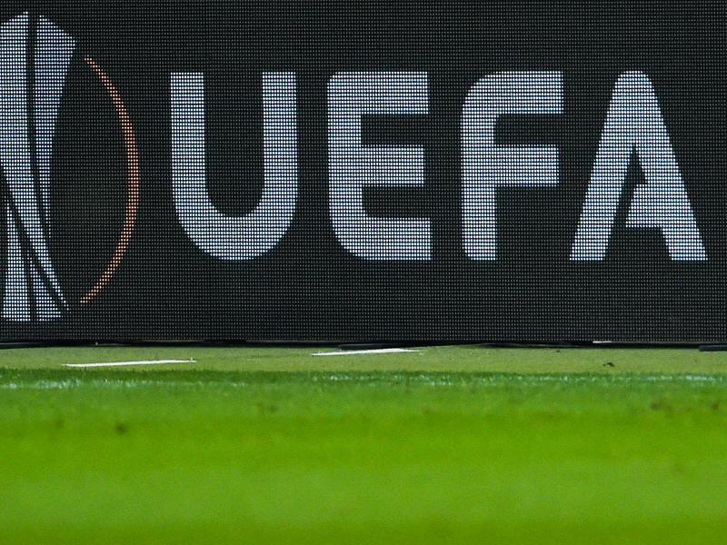 UEFA-Logo auf einer Bande während eines des Fußballspiels