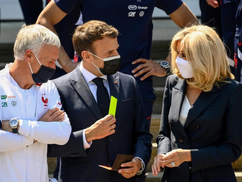 Emmanuel Macron (M) und Gattin Brigitte stattete Nationalcoach Didier Deschamps (l) einen Besuch ab