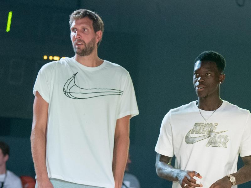 Die Basketballprofis Dirk Nowitzki (l) und Dennis Schröder stehen bei einem Basketballfestival zusammen