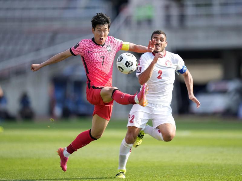 Südkoreas Son Heung-min (l) kämpft um den Ball gegen Libanons Kassem El Zein