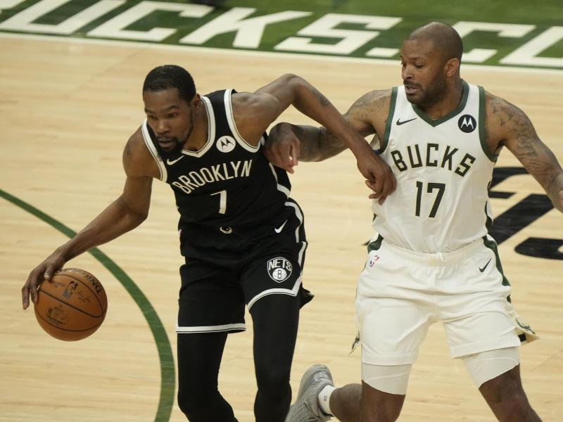 Kevin Durant (l) spielte jede Sekunde der Partie gegen die Milwaukee Bucks