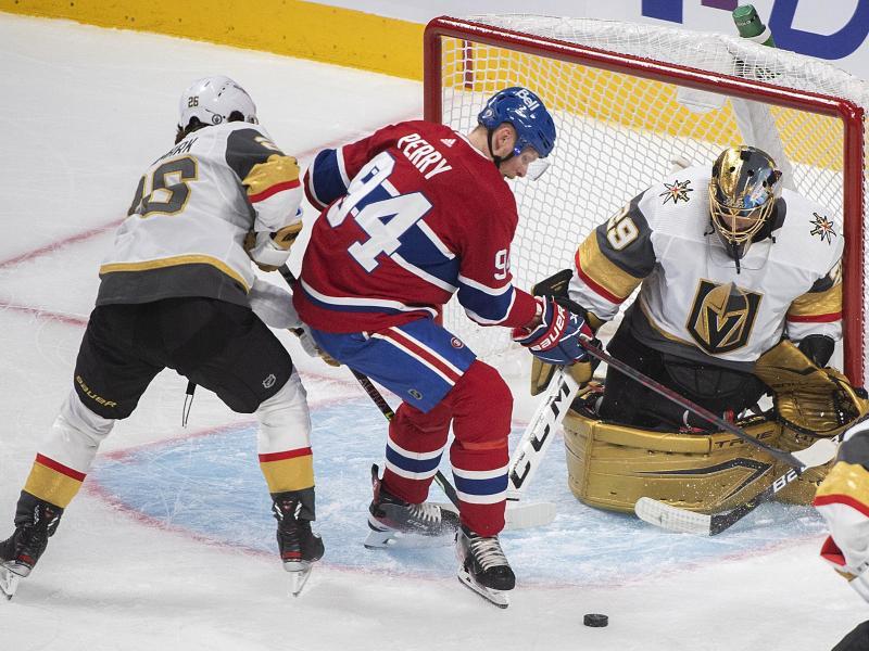 Corey Perry (M.) von den Montreal Canadiens in Aktion mit Marc-Andre Fleury (r.) und Mattias Janmark (l.) von den Vegas Golden Knights