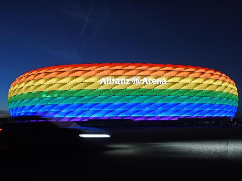 Erleuchtet das Stadion in Regenbogenfarben?