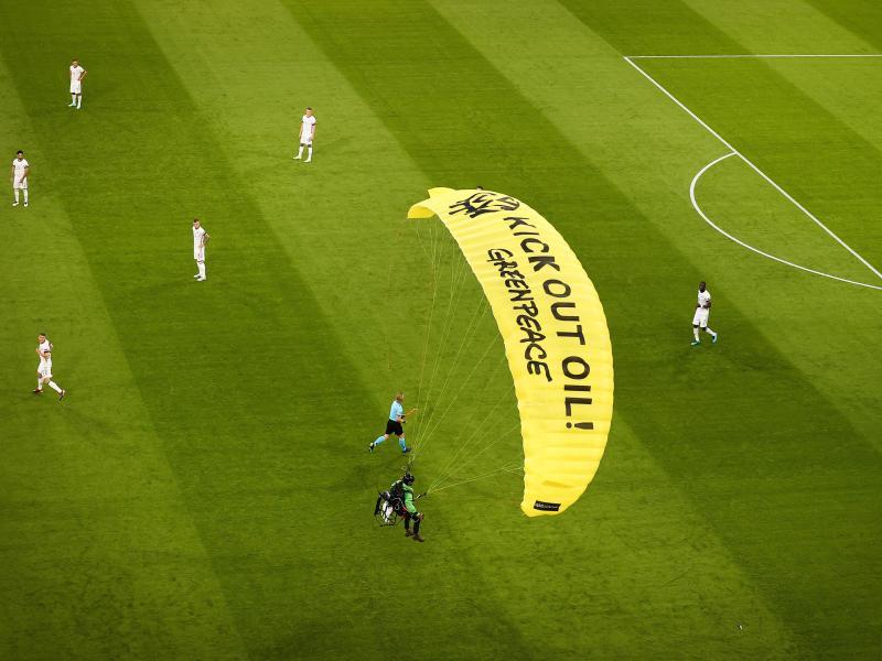 Nach der missglückten Protestaktion beim EM-Spiel in München hat sich Greenpeace entschuldigt