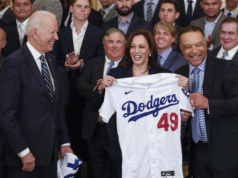 US-Präsident Joe Biden (l) und Vizepräsidentin Kamala Harris (M) beim Empfang der Los Angeles Dodgers im Weißen Haus