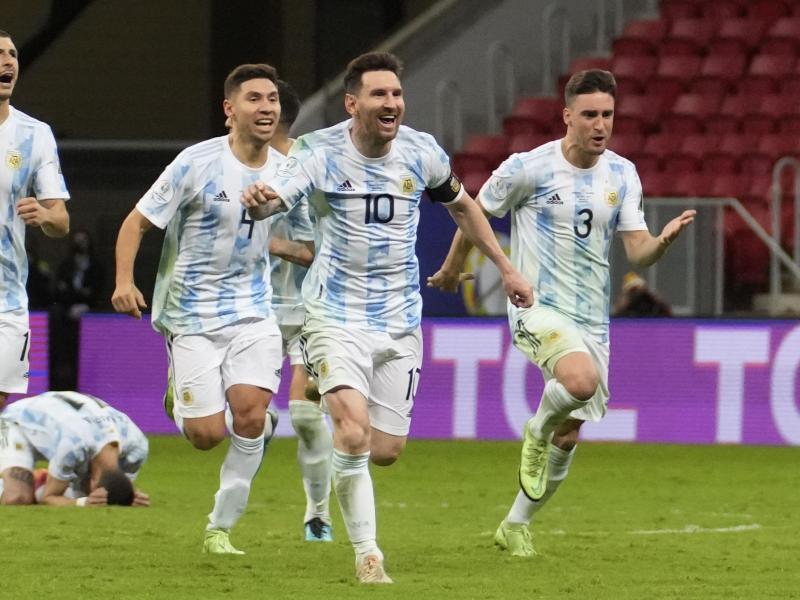 Lionel Messi (vorne) und Teamkollegen feiern den Sieg gegen Kolumbien im Elfmeterschießen