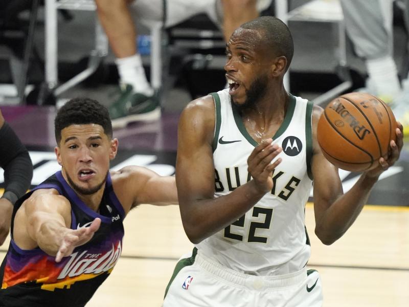 Khris Middleton (r) von den Milwaukee Bucks und Devin Booker von den Phoenix Suns reisen nach Tokio