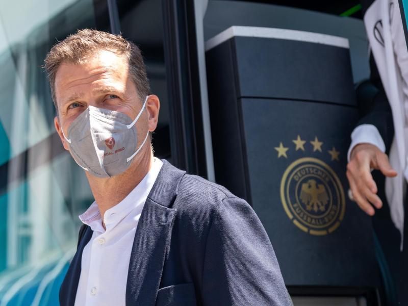 Oliver Bierhoff kündigt Gespräche mit der Lufthansa an. Foto: Peter Kneffel/dpa