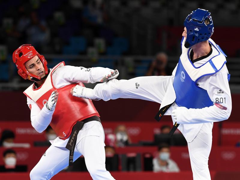 Tongas Taekwondokämpfer Pita Taufatofua (l) im Duell mit dem Russen Wladislaw Larin