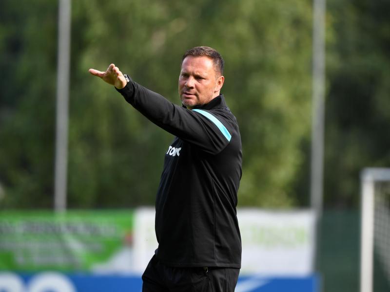 Hertha-Trainer Pál Dárdai gibt auf dem Platz Anweisungen