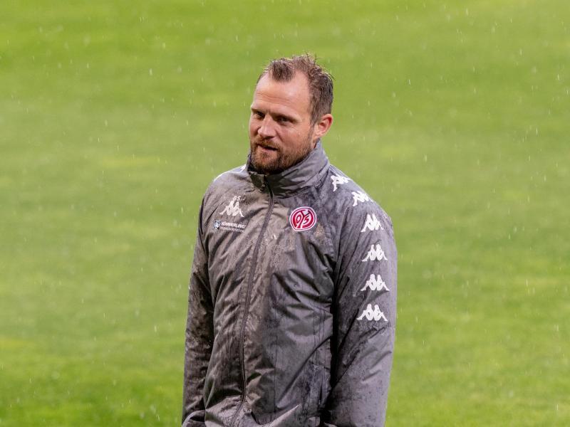 Mainz-Trainer Bo Svensson steht beimTraining auf dem Platz