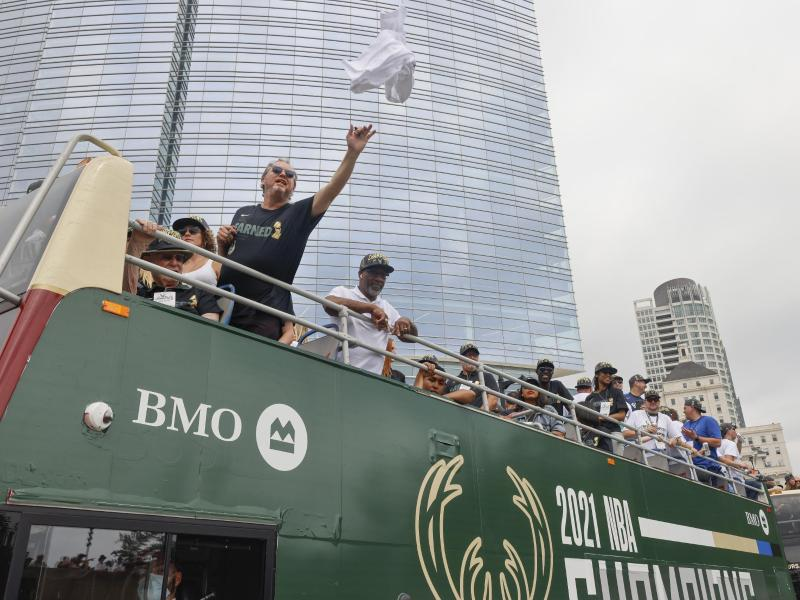 Mike Budenholzer (l) wird weiterhin Trainer der Milwaukee Bucks bleiben