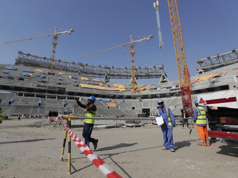 Bauarbeiter arbeiten am Lusail-Stadion in Katar