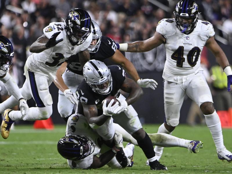 Baltimore Ravens Linebacker Patrick Queen (6) tackelt Las Vegas Raiders Running Back Josh Jacobs (28)