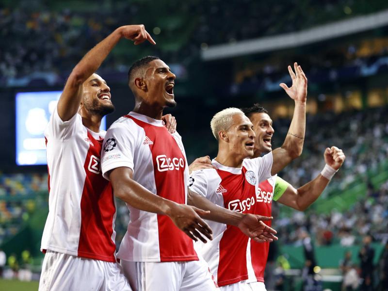 Gefeierter Mann beim Ajax-Sieg in Lissabon: Sébastien Haller (2.v.l)