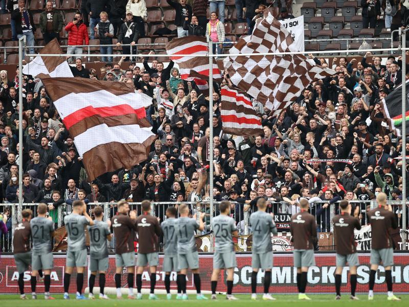 Der FC St. Pauli wird wieder vor einigen Fans spielen