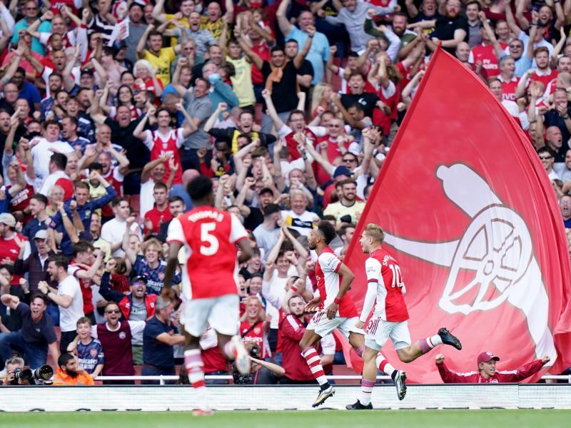 Auch beim FC Arsenal könnte es im Stadion demnächst wieder Stehplätze geben