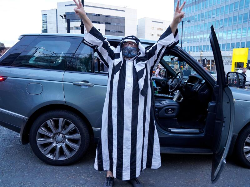 Ein Fan von Newcastle United jubelt in immitierter arabischer Kleidung. Foto: Owen Humphreys/PA Wire/dpa