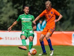 Fabien Antunes (l.) komt te laat bij Michel Vlap (r.) tijdens het oefenduel KV Oostende - Nederland U19 (06-07-2016).