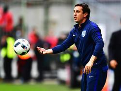 Gary Neville con el chándal de la selección inglesa.