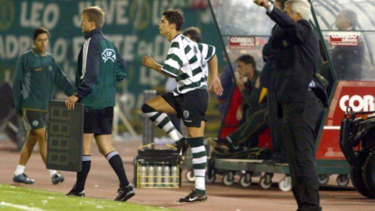 Cristiano Ronaldo macht sich 2002 für sein erstes Spiel bei den Profis bereit